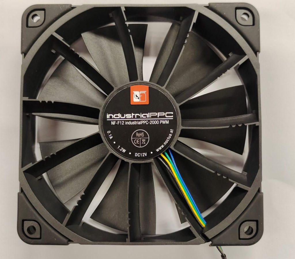 採用 Noctua NF-F12 industrialPPC-2000PWM 工業風扇。
