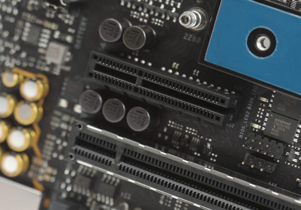 提供少見的PCI-Ex4, 而且是Endless設計方便安裝顯示卡。