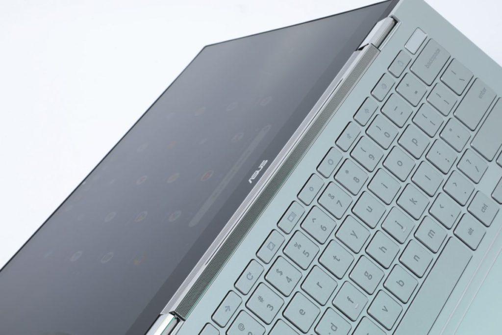 屏幕下方及鍵盤上方加入了Harman Kardon 認證的Soundbar。