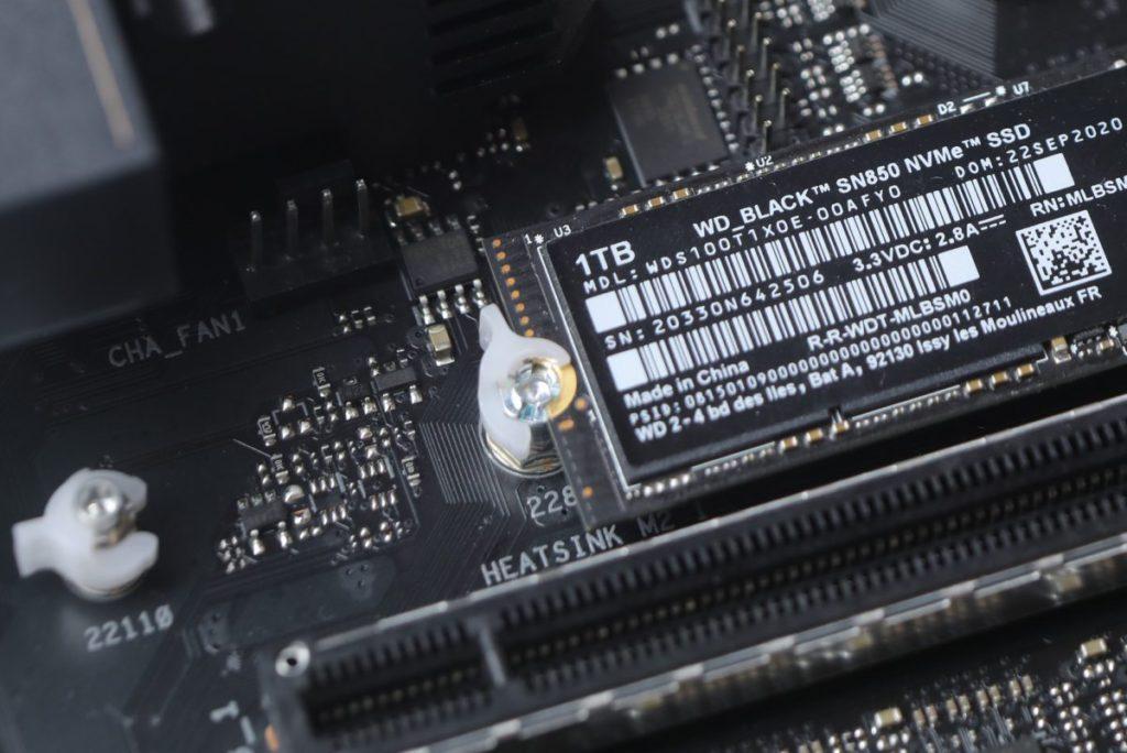 提供白色的塑膠扣具,可輕易固定M.2 NVMe SSD。