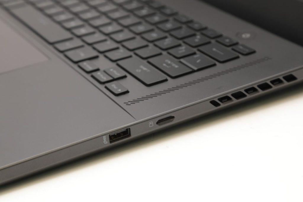 介面種類十分齊全,其USB 3.2 Gen2 Type-C更支援畫面輸出與PD充電,圖中是右側。
