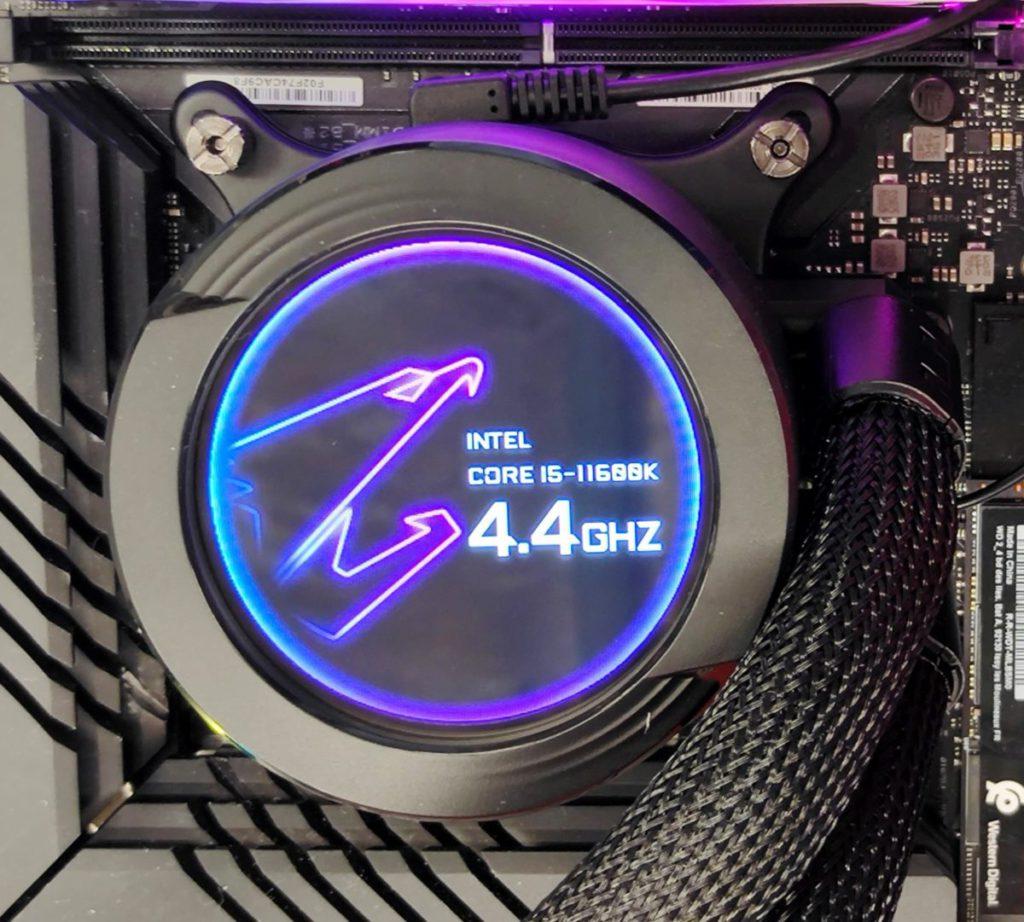 提供多種信仰模式,如圖中的 AORUS 鷹神 + CPU Model + CPU Frequency 顯示。