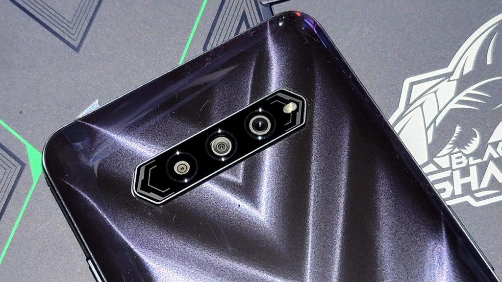 48MP 主鏡的三鏡頭系統。