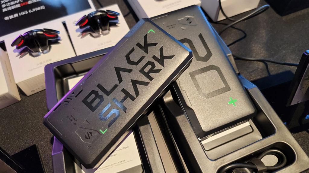 黑鯊移動電源20,000mAh 支援18W快充,可同時為多個裝置充電。