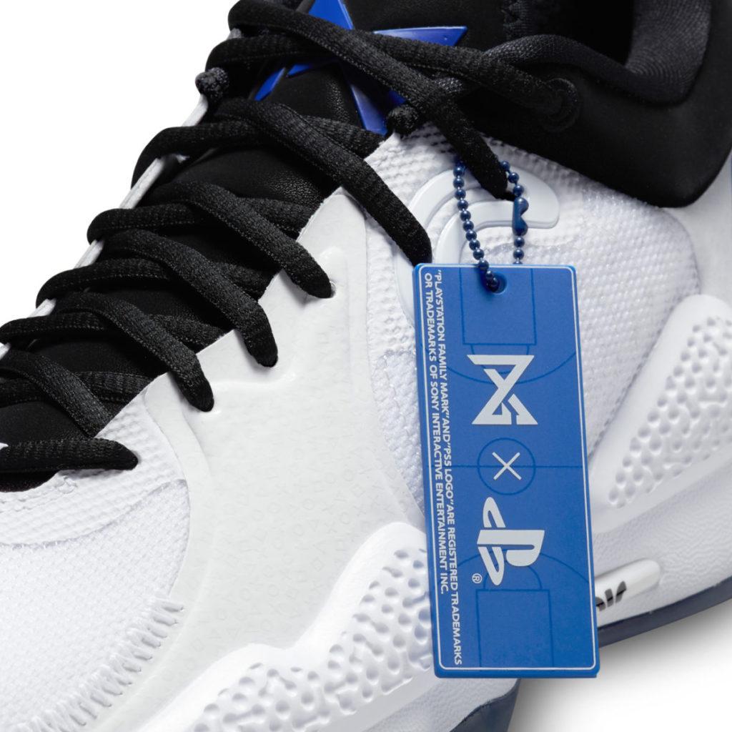 每雙鞋均附有一個別緻的 PG 與 PlayStation 標誌的吊牌。