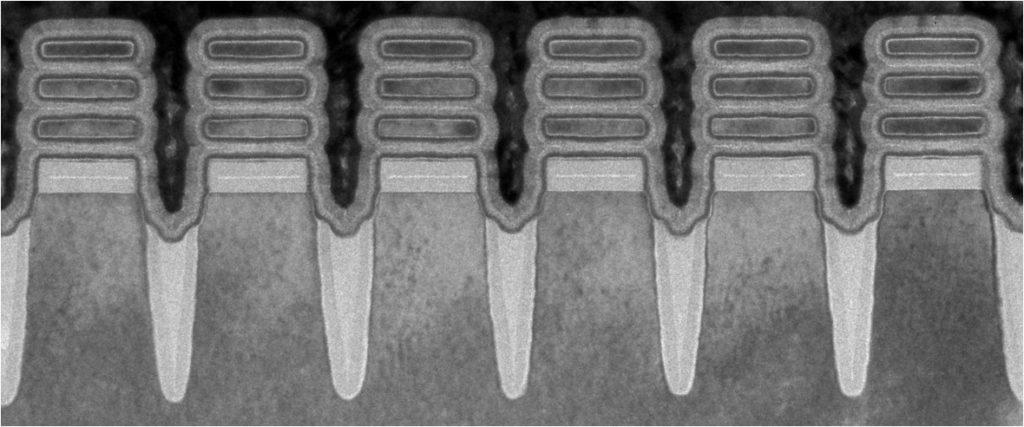 在透射電子顯微鏡下的一排 2nm 納米片器件。