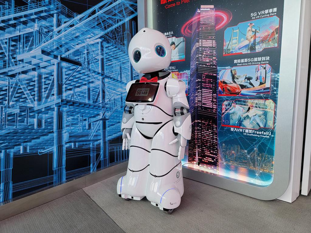 利用 5G 連接的智能機械人,與客戶互動。