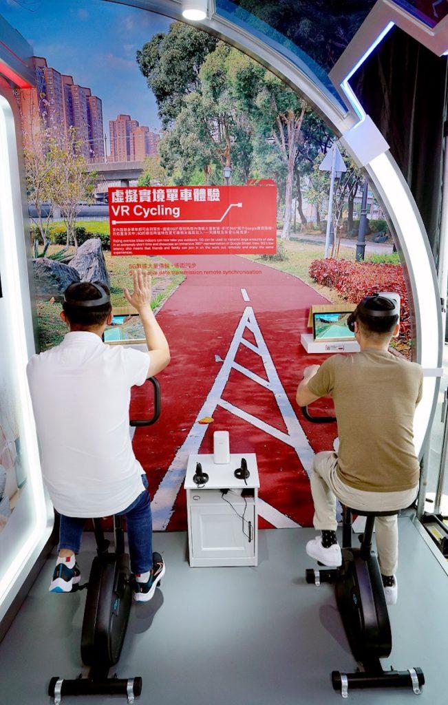 場內有多個 5G 應用方案,首次登場的有虚擬實境單車體驗,參觀者可親身參與。