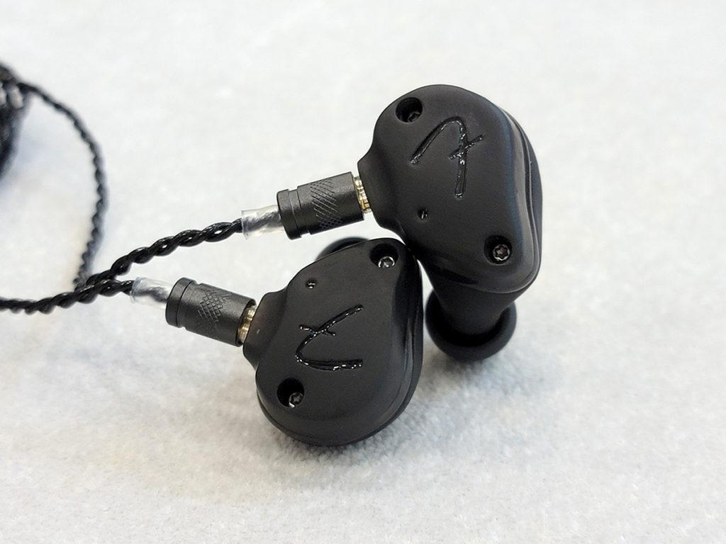 較為低調的 Mix 為 4 單元耳機,但外形跟 Mix Pro 相同。