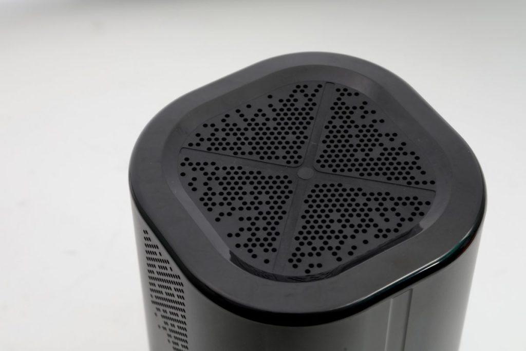 路由器採用煙囪式散熱設計,機頂設有大量散熱開孔。