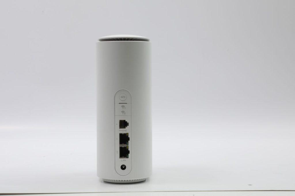 提供兩組Gigabit LAN 介面,另有一組RJ11 VoLTE 插頭。