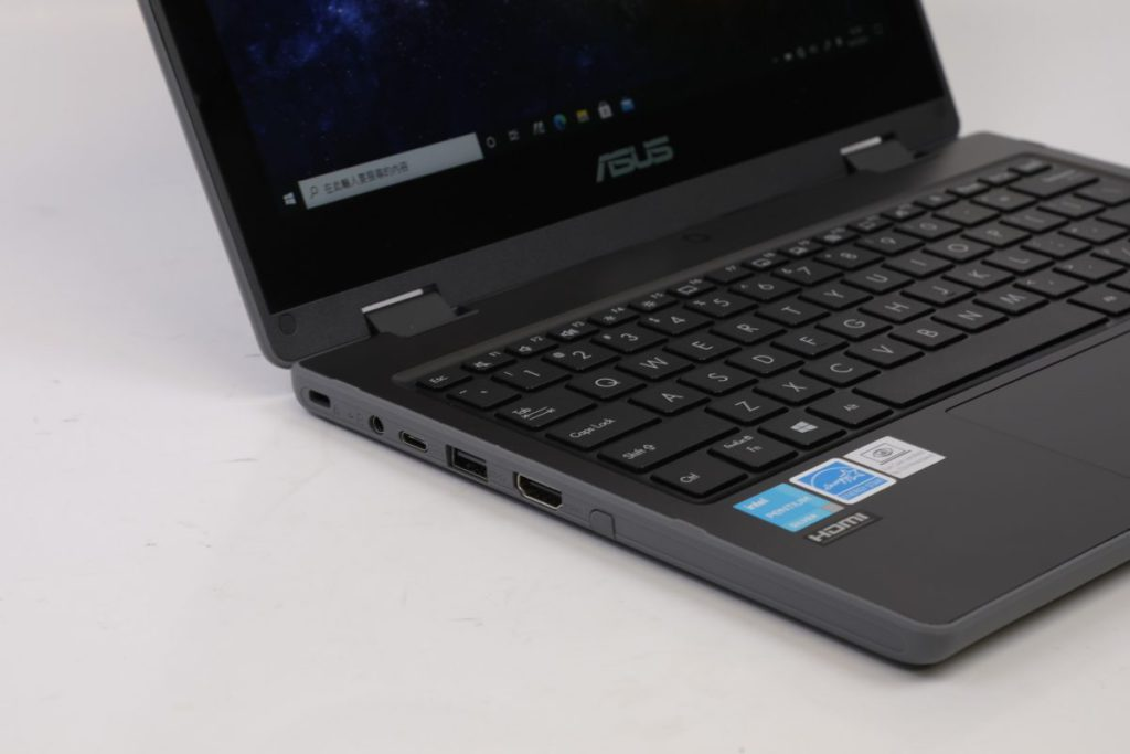 作為一款11吋機種來說,BR1100所提供的插頭十分全面,不但具有HDMI輸出畫面,其USB 3.2更支援PD充電。