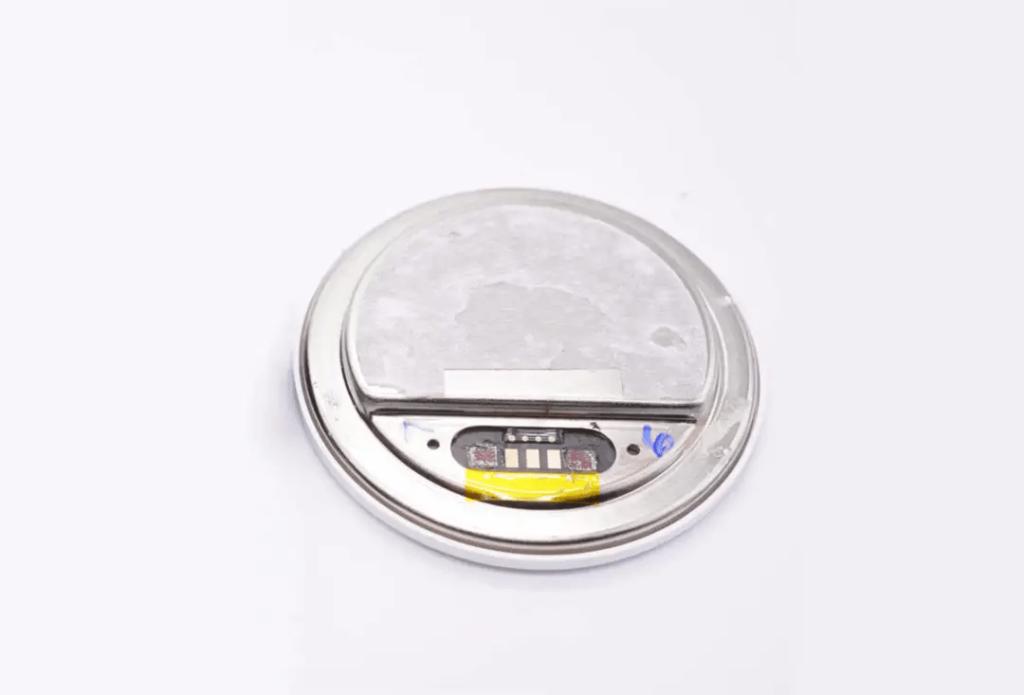 MagSafe 充電模組有 5 支針腳,外型跟官方 MagSafe 充電板差不多,成本價要百多元。