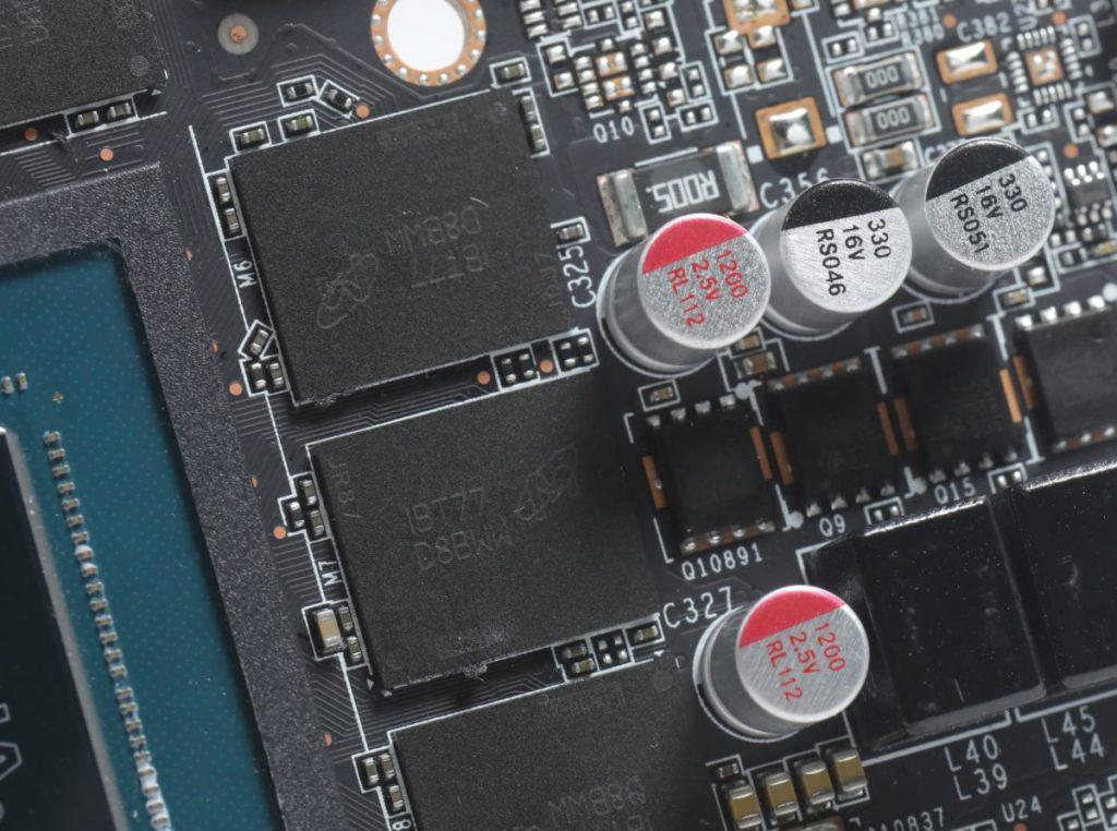 採用 Micron GDDR6X 記憶體顆粒,並全卡採用固態電容。