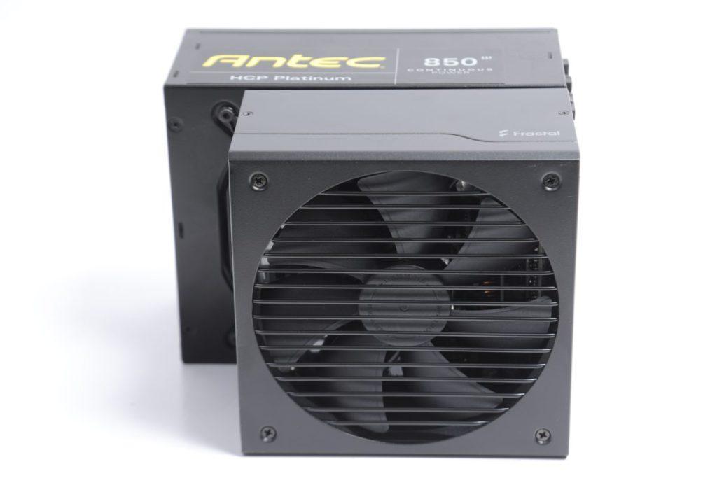 若拿數年前的 850W 火牛 ( 圖中後方的 Antec HCP 850W Platinum ) ,可以感受到 Fractal Design Ion Gold 850W 15cm 短身設計的意義。