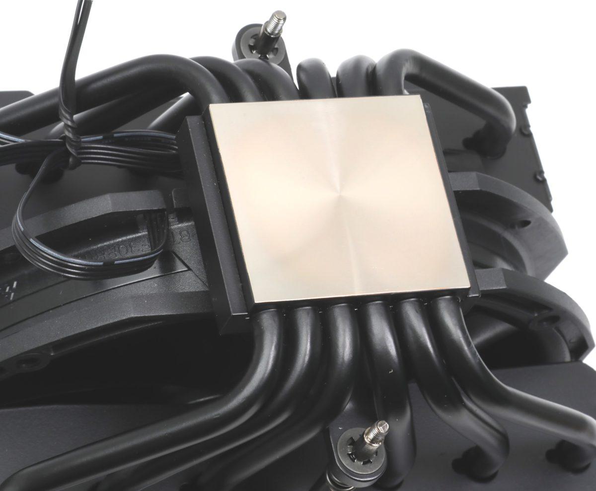 與 CPU 接觸面光滑如鏡,並有 6 根 heatpipes 貫穿其中。