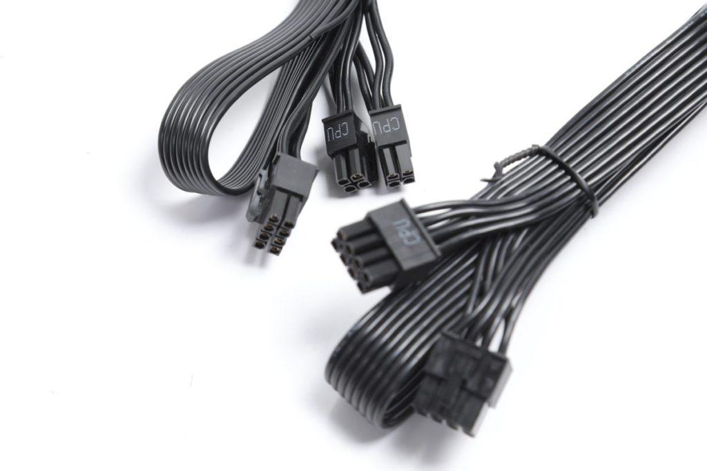 兩組 +12V CPU cable 為固定式 8pin 及可分拆式 4+4pin 設計,有效平衡了各種應用需要。