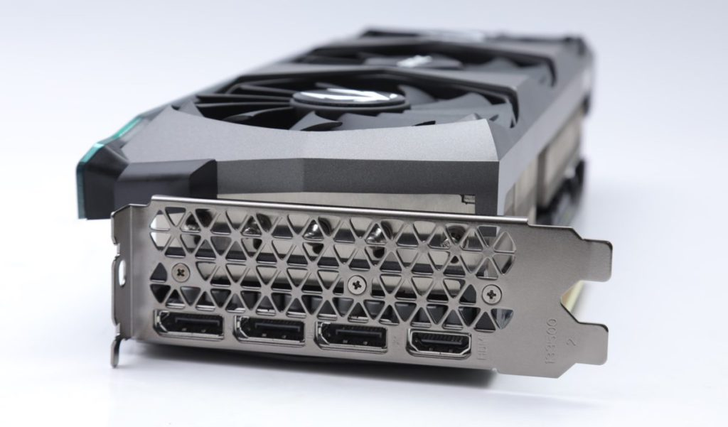 標準的輸出設計,包括 3x DisplayPort + 1x HDMI 。