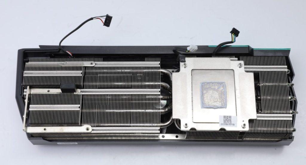 散熱器分成 3 大區域,並以 7 根 Copper Heatpipes 連接。