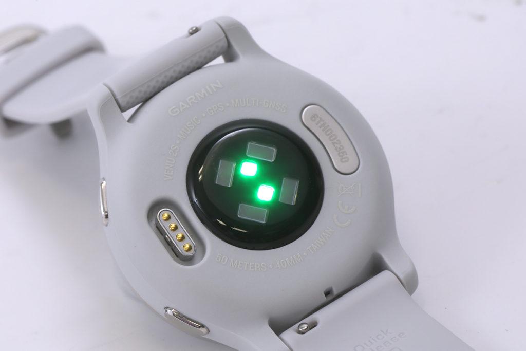 備有多顆光學感應器,用於測量心率及脈搏血氧。