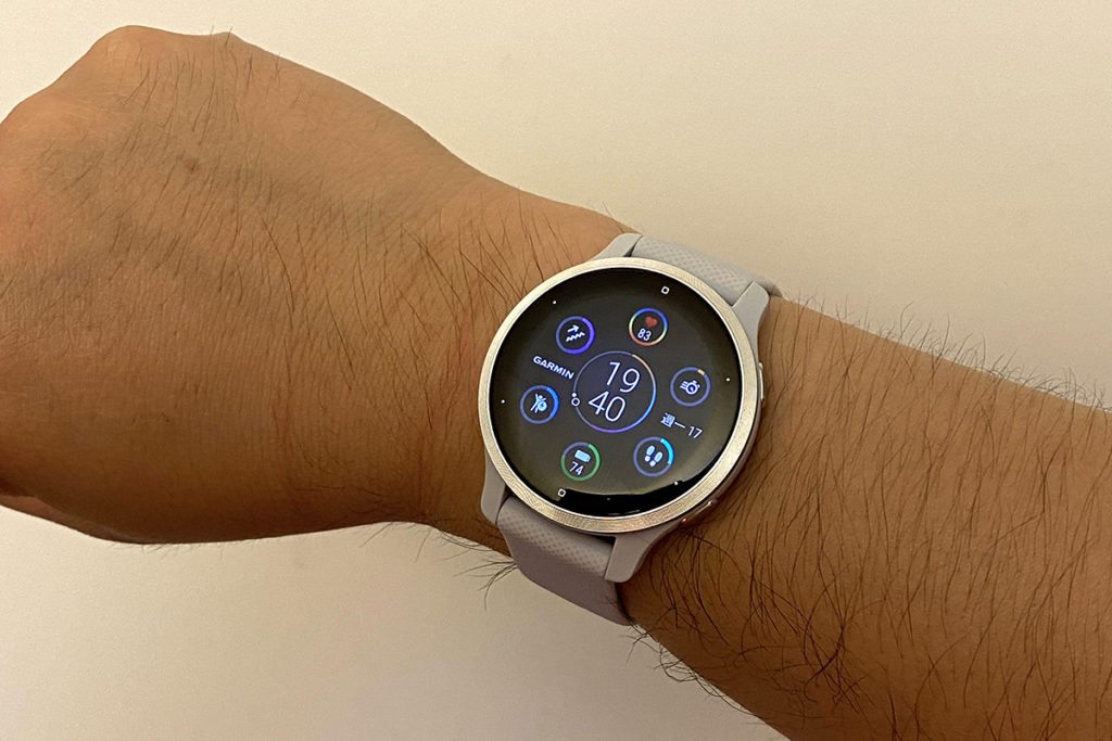 40mm錶身並使用18mm錶帶,偏向女生用比較適合,男生戴會較細。
