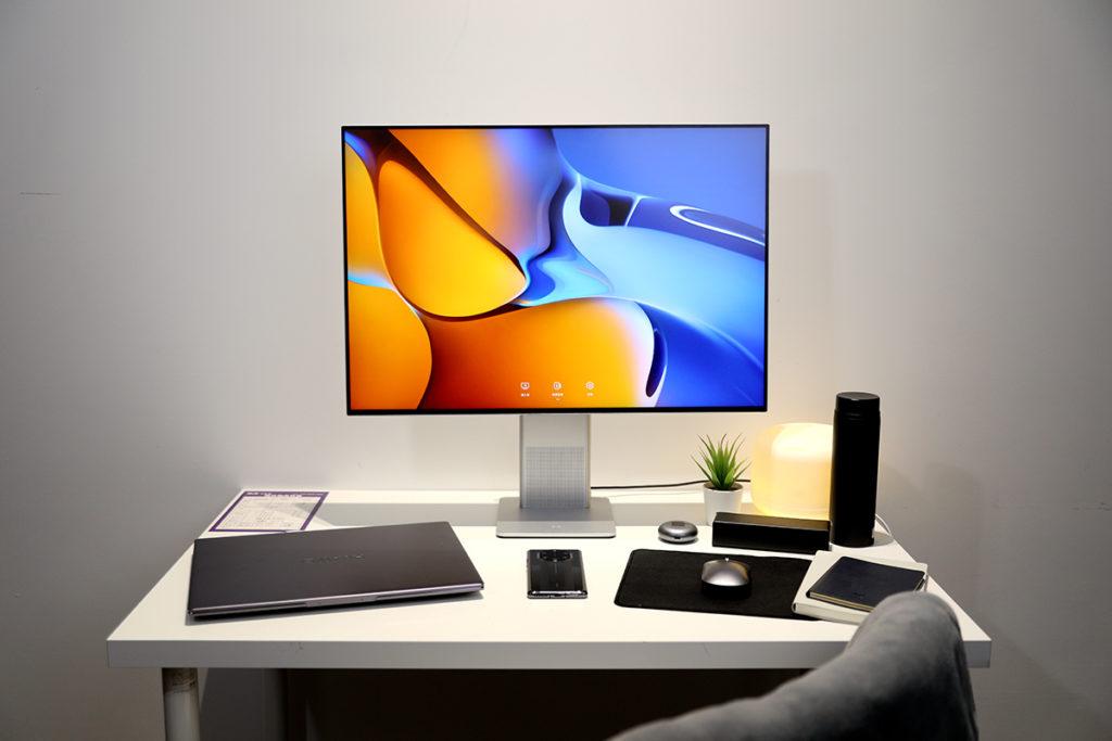 HUAWEI MateView 顯示器系列包括 HUAWEI MateView 和 HUAWEI MateView GT 兩個型號,是HUAWEI 首次推出顯示器產品,其中 MateView 採用 28.2 吋3:2 屏幕,具備 98% DCI-P3 色域,並採用隱藏式 Smart Bar 採作設計。