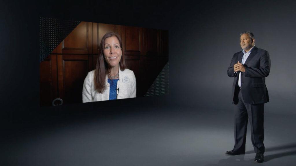 Gajen Kandiah (右)與 Rachel Hutter (左)隔空對談,介紹迪士尼用 Hitachi Vantara 數據平台,分析機動遊戲設施營運。