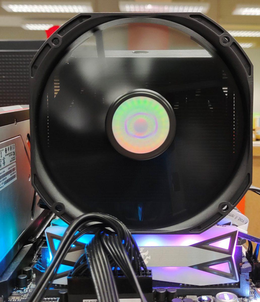 遇上帶 RGB 功能的高身 DDR4 ,可以升高風扇的方式作出解決。