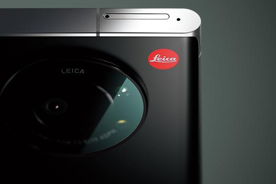 全黑色機身再加上機背右上角「紅點」Leica Logo,與Leica的相機有著同樣的格調。