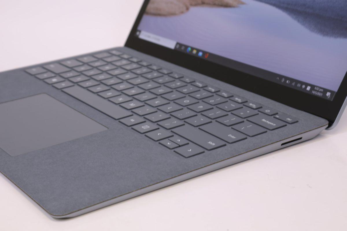 Surface Laptop 4 右側就沿用磁貼充電 Surface Connect 。