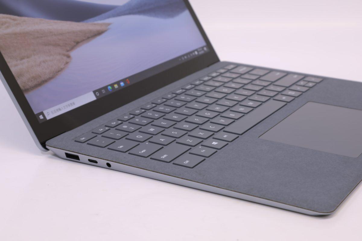 Surface Laptop 4 左側有一個 USB Type-A 、一個 USB Type-C 和 3.5mm 耳機插孔。