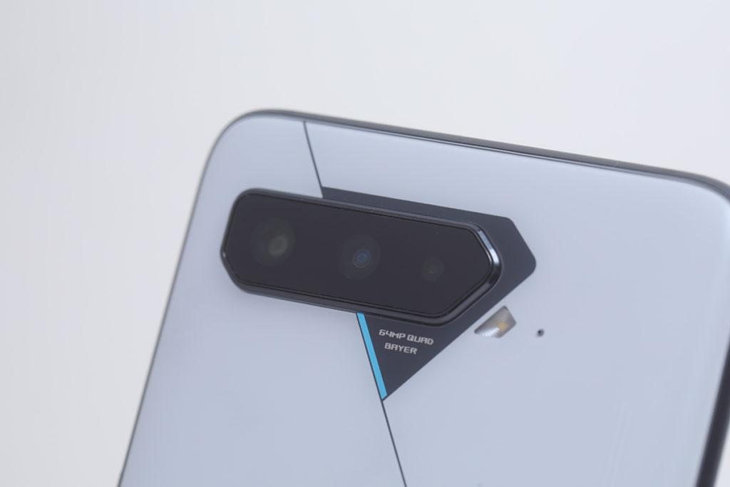 三鏡頭由 64MP 主鏡、13MP 超廣角鏡及 5MP微距鏡所組成。