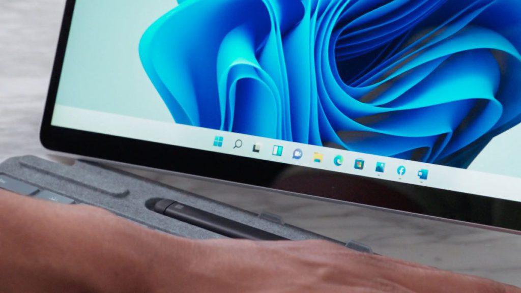 在平板電腦上,當拔除智能鍵盤時, Windows 11 各種介面會自動進行適應,例如拉開間格距離。