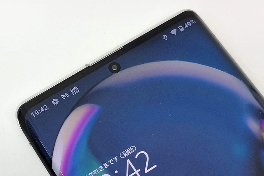 屏幕開孔內置 12MP 前置鏡頭。