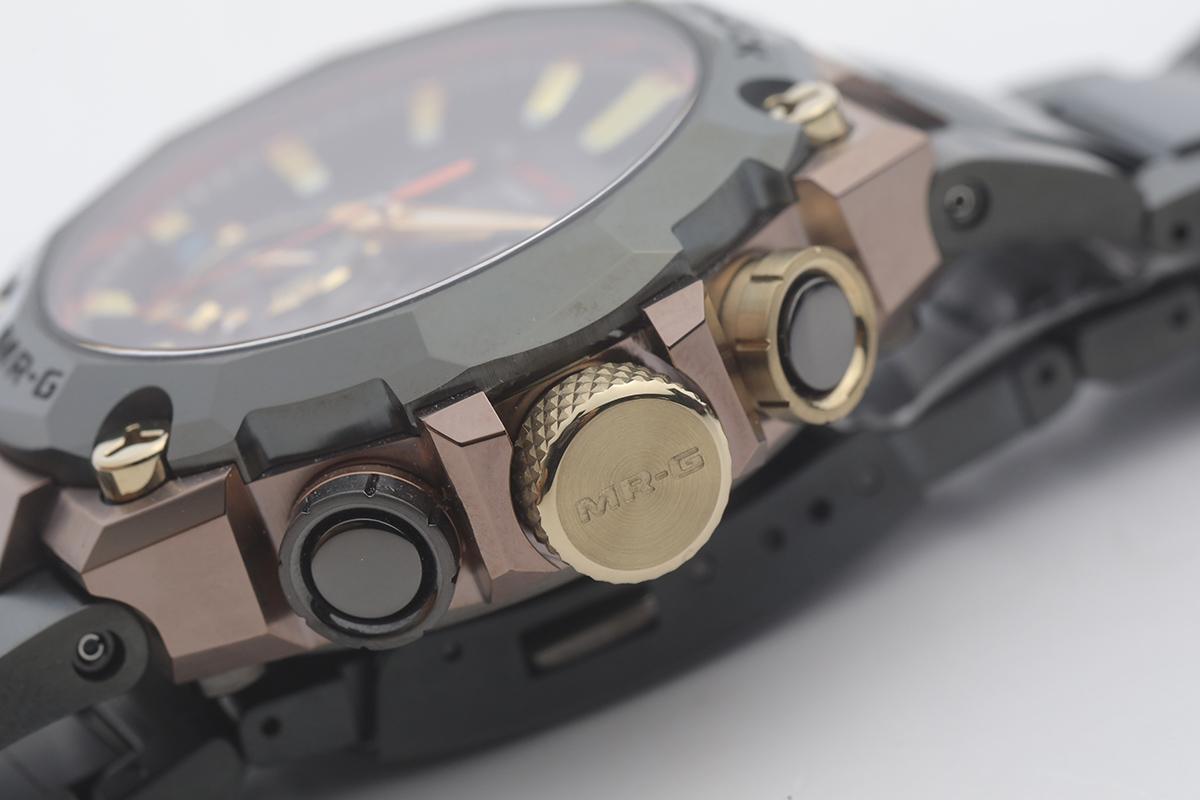 全金色的錶冠圓面刻有MR-G,而金屬錶殻分為兩層顏色,感覺奢華。