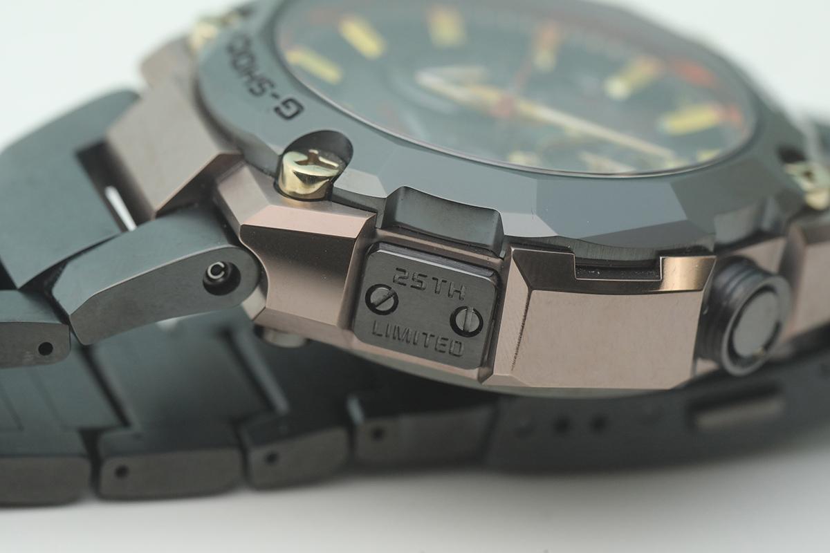 錶殼左上方的邊緣,鑲有一塊刻有「25TH LIMITED」字樣的金屬板。