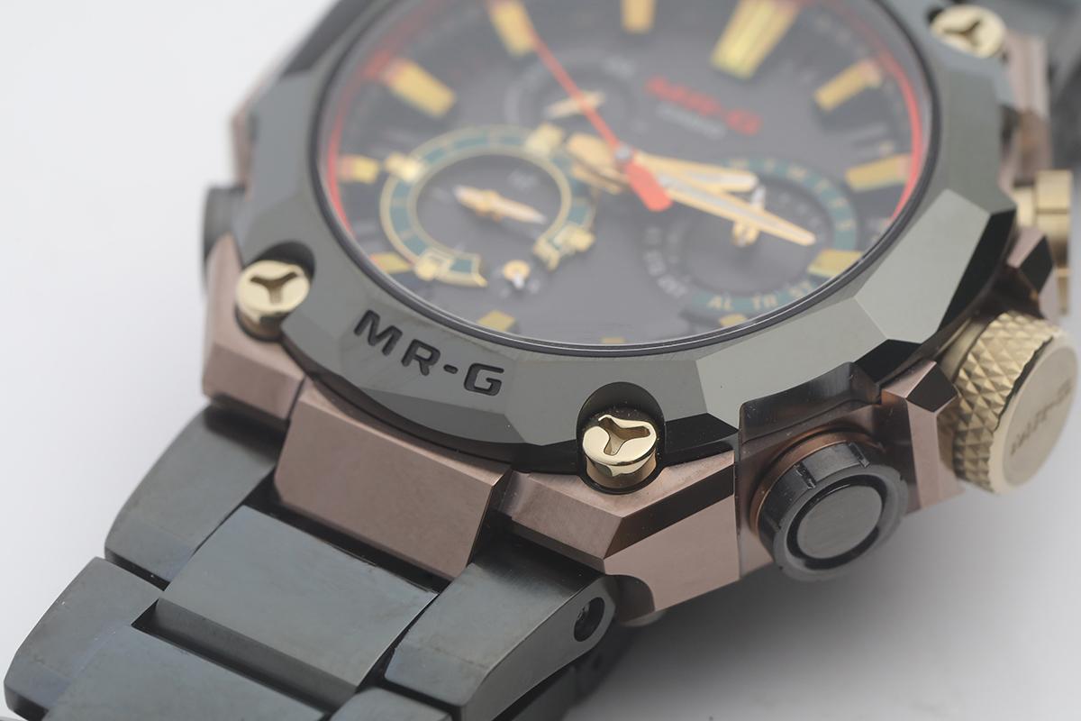 錶圈由寶石切割大師小松一仁以寶石切割而成,頂及底部分別刻有G-SHOCK及MR-G字樣。