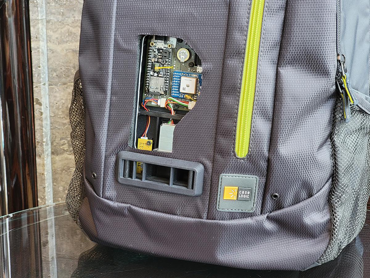 實則內有乾坤,背囊內有感應器、電池及 GPS。