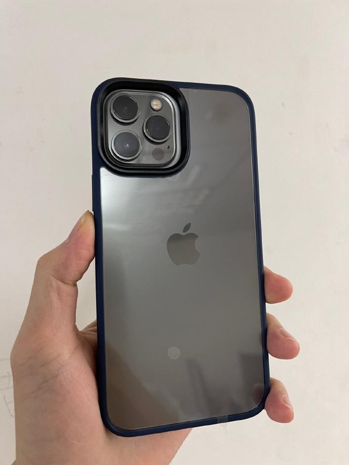 據報是 iPhone 12 Pro Max 放在 iPhone 13 Pro Max 保護殼裡的照片,雖然相機模組沒有 iPhone 13 Pro 大了那麼多,但仍大了一圈。