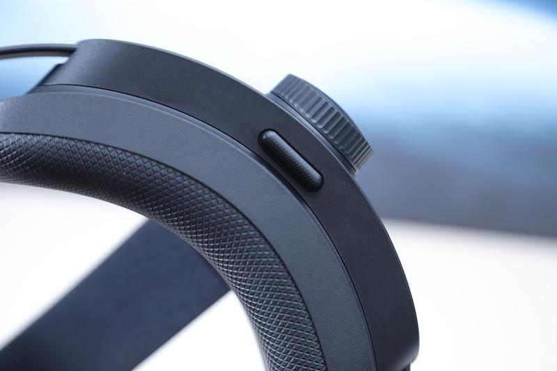 獨有的後墊底部的快速釋放按鈕,適合企業進行展示時可以快速替觀眾除下 VR 裝置。