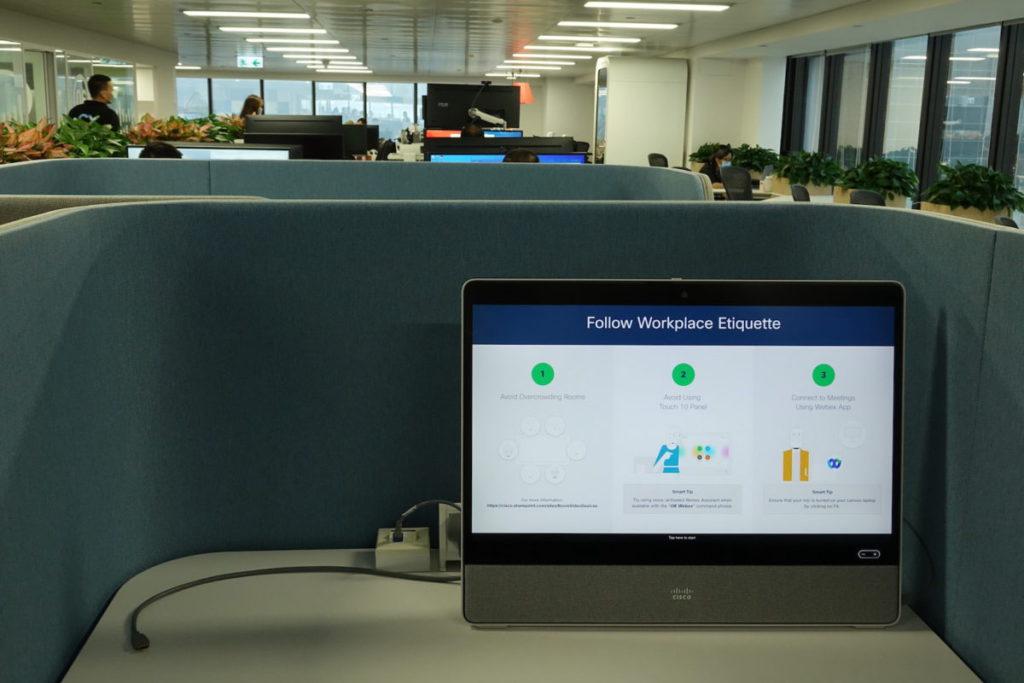 全面採用流動工作桌,大部分配置熒幕。