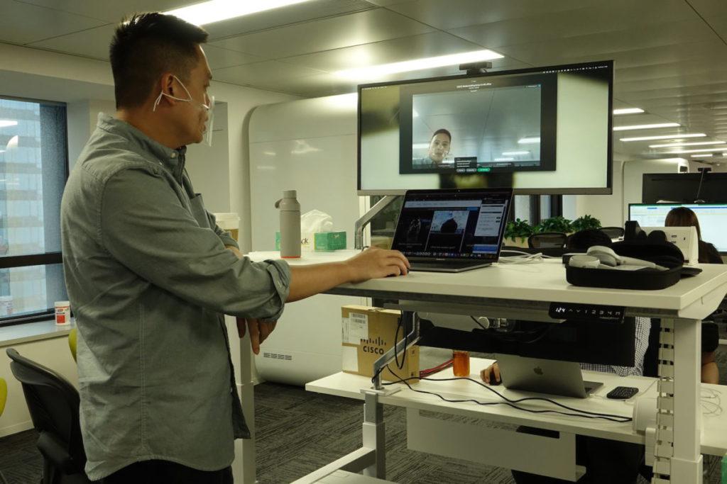 部分工作桌具備電動升降,可站著工作。