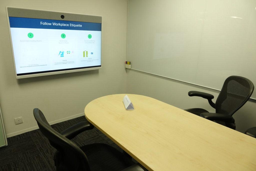 小型會議室配備 Webex Room 大型熒幕,毋須預約,隨時可用。