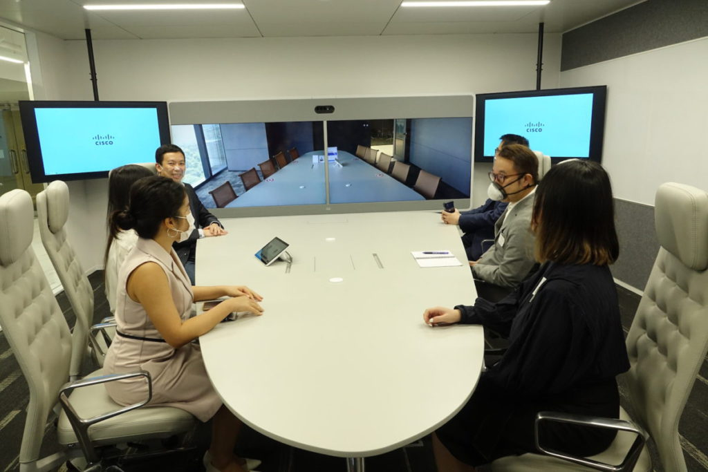 另一會議室設 Web Room Panorama ,半橢圓桌面與遠方連線,有如完整桌面一同參與會議。