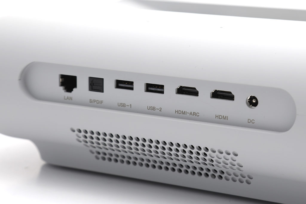 所有 I/O 設置於 JMGO O1 機背,當中包括兩個 USB-A 、 LAN 介面、 S/PIDIF 及兩個 HDMI (其中一個支援 ARC )。