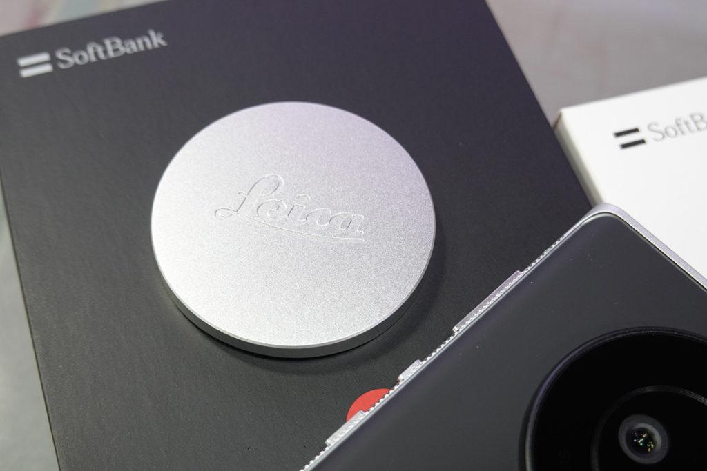 金屬製的鏡頭蓋,蓋上引有 Leica Logo,設計同 Leica 鏡頭的專用鏡頭蓋沒有兩樣。
