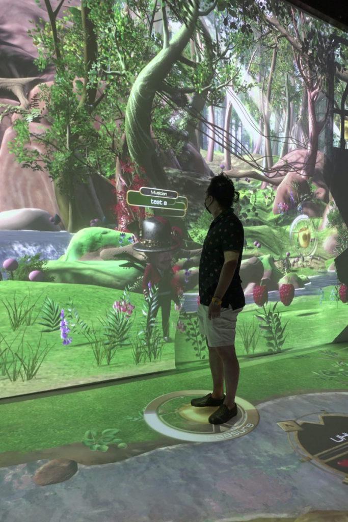 能力試練場利用手帶的 UWB 定位,根據指示走動玩互動遊戲。