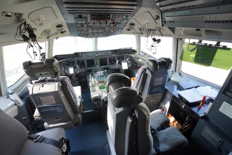 第三代奧比斯眼科飛行醫院所用的 MD-10 駕駛艙與傳統 DC-10 不同,採用玻璃駕駛艙(即採用綜合飛行儀錶代替傳統儀表)。