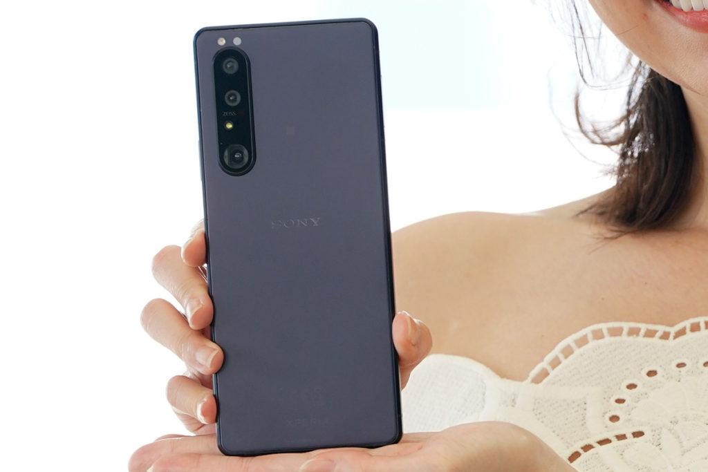 Sony XPERIA 1 III 具備黑色、灰色及經常於 XPERIA 手機上出現的紫色三款顏色可選。