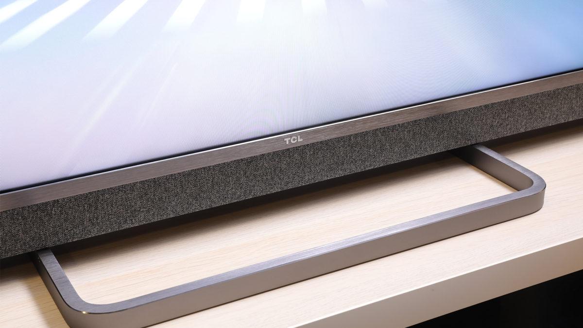 屏幕採用金屬邊框,底部就用上中央腳架,但就難以在前方擺放雜物。